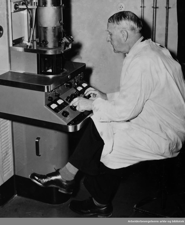 Bakteriologisk Institutt. Professor Thjøtta ved elektromikroskopet. Tid ukjent