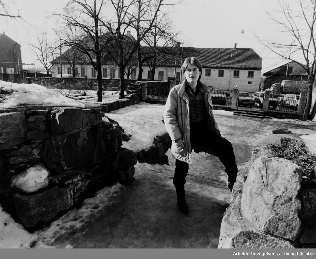 Bispegården. Elin Dahlin ved Olavsklosterets inngang. Mars 1984