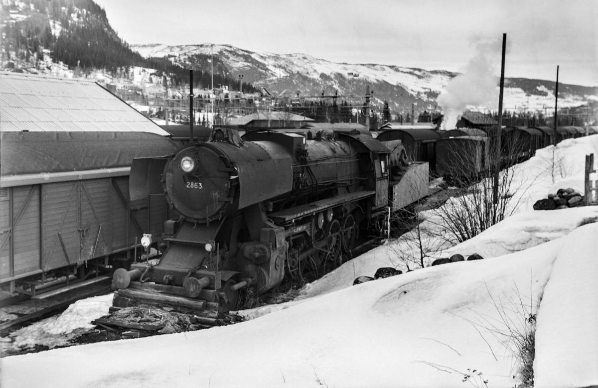 Hensatt damplokomotiv type 63a nr. 2863 på Ål stasjon.