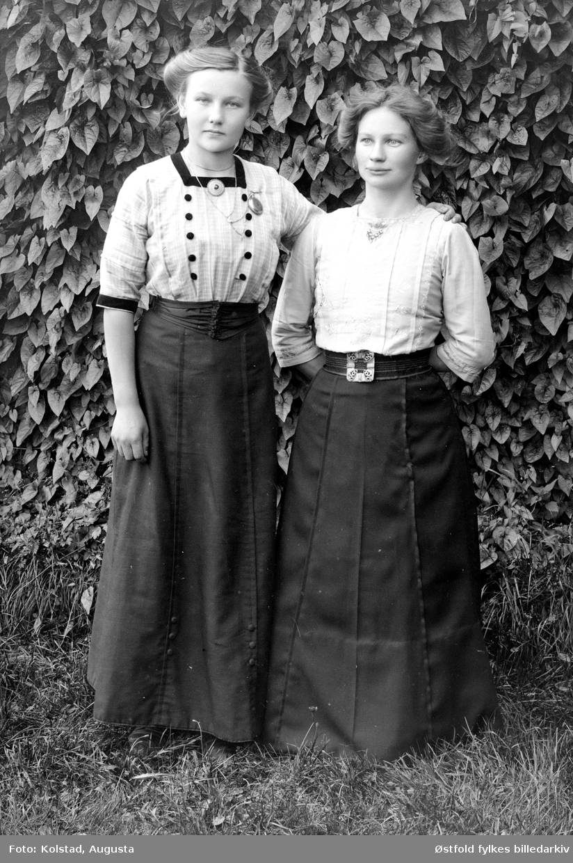 Portrett av to ukjente kvinner, utendørs.
