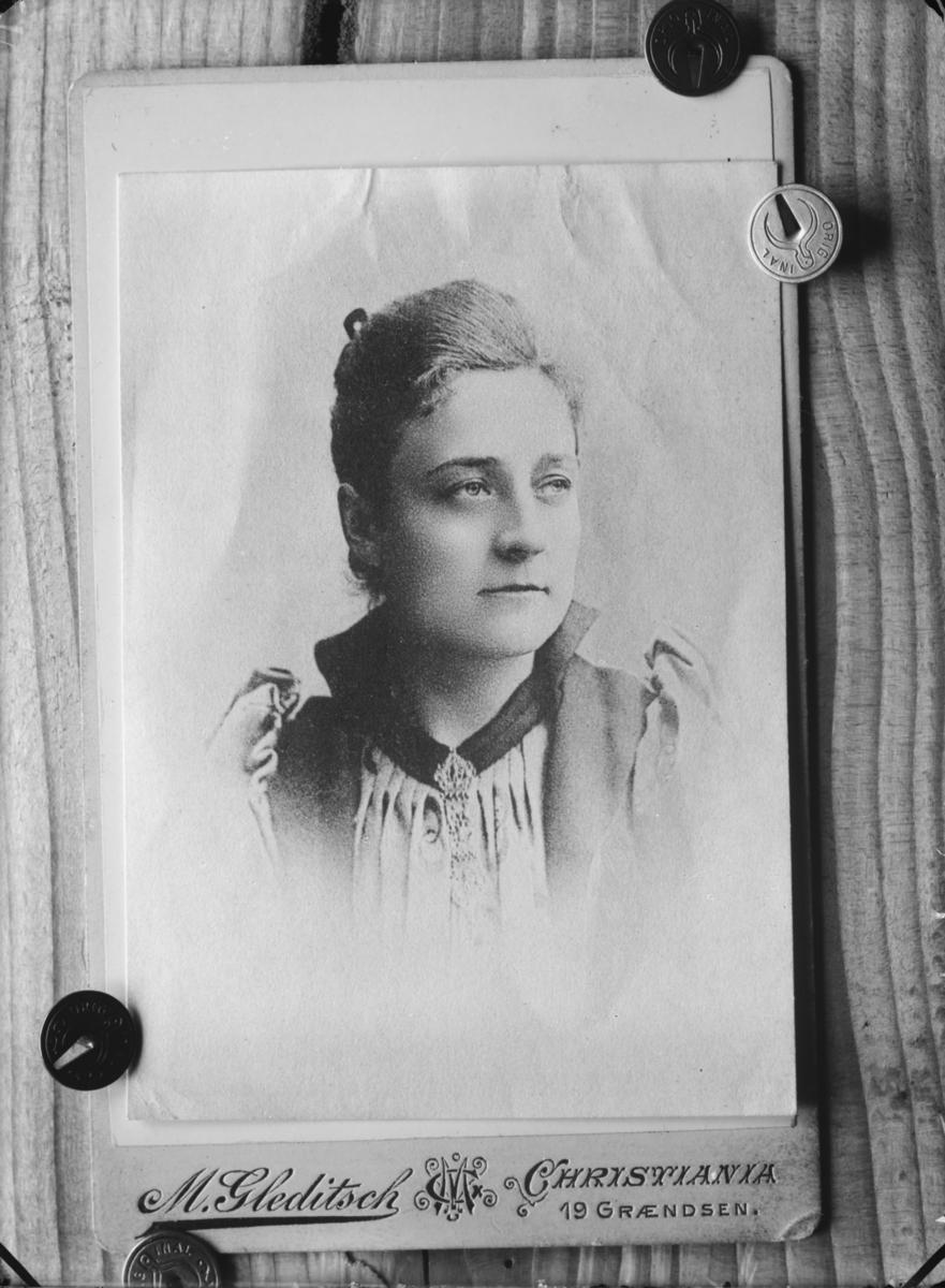 Reprobilde, portrett av kvinne. Fotograf M. Gleditsch, Christiania.