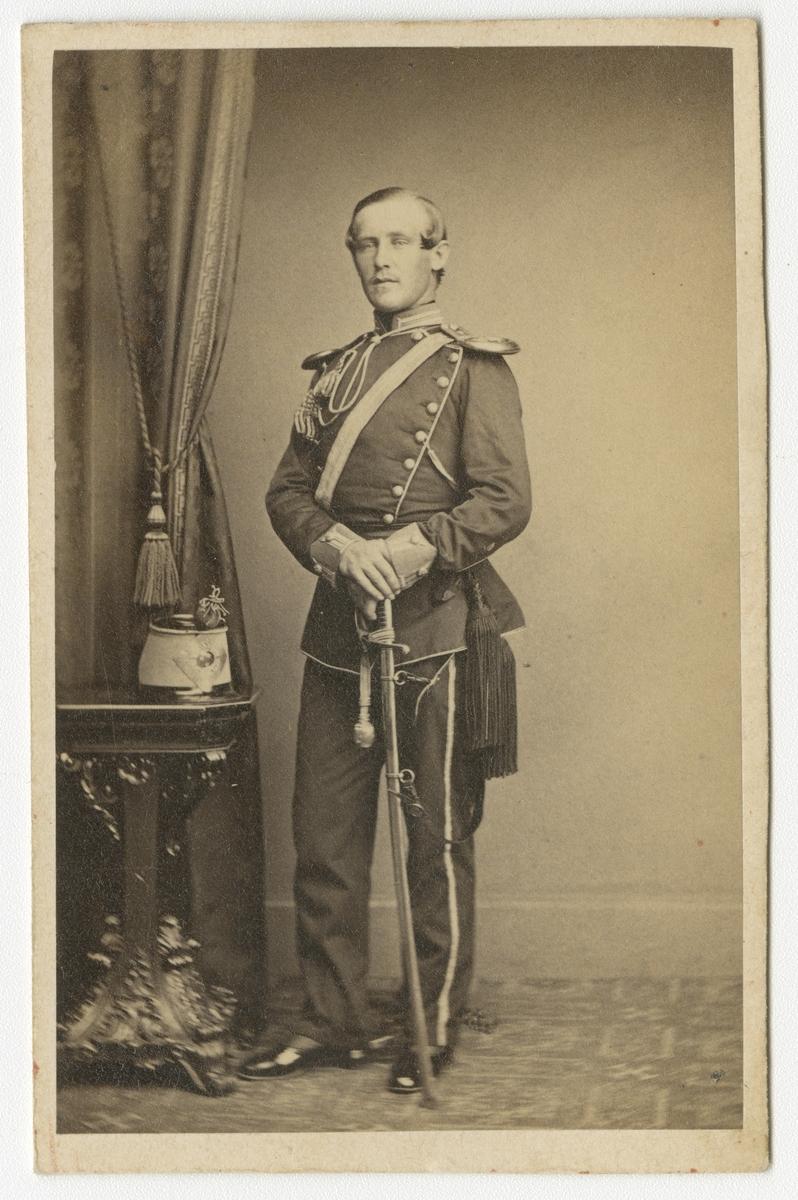 Porträtt av Georg Fredrik Salomon Ehrenborg, officer vid Skånska dragonregementet K 6. Se även bild AMA.0021620 och AMA.0021699.
