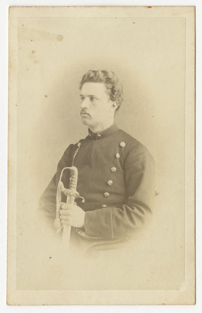 Porträtt av Oscar Waldemar Falkman, underlöjtnant vid Närkes regemente I 21. Se även bild AMA.0007310, AMA.0014580, AMA.0014896 och AMA.0015049.