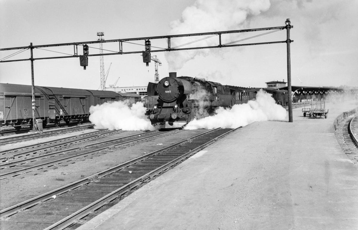 Forstadstog nr. 1726 fra Trondheim kl 1450 til Støren. Toget stoppet på alle stasjoner og holdeplasser og brukte 1 1/2 time til Støren. Toget trekkes av damplokomotiv type 63a nr. 5843.