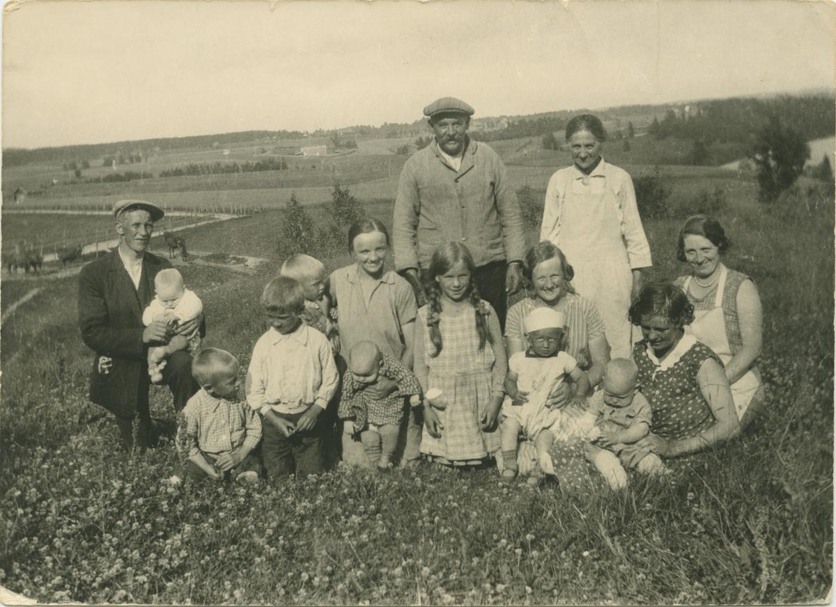 Gruppebilde sommeren 1932 på Gistihaugen i Gjerdrum