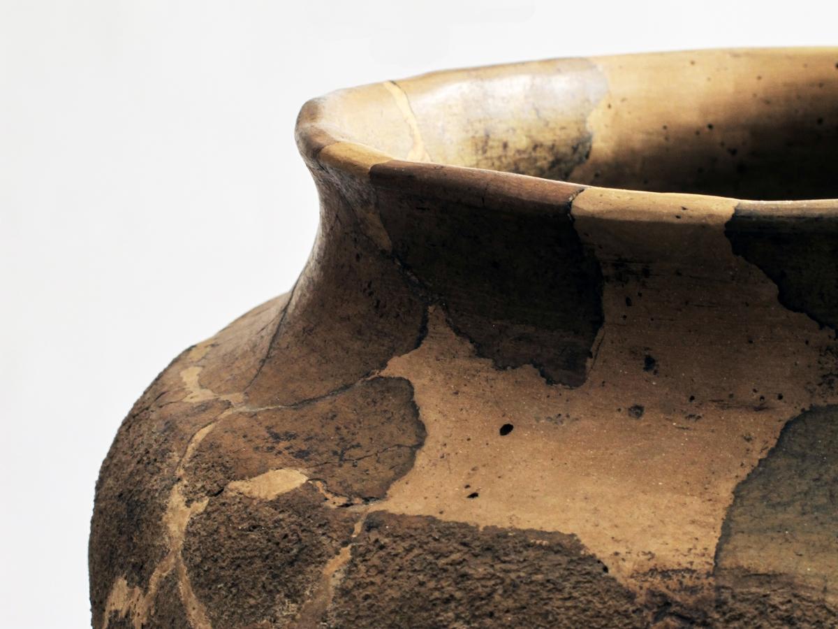 Stort forrådskar av lyst brunlig, forholdsvis tykt, godt brent gods med glatt hals og ruslemmet buk: profilen nærmest som Bøe: Keramikk, fig. 23. Randen er noe fortykket på utsidenog nærmest rett avskåret. Karet forelå i flere skår, men har latt seg sette sammen og restaurere. 11 skår foreligger løst.Høyde 28,2 cm, munningsdiam. 26,5 cm, st. bukvidde 35,3 cm. (A. 193.)