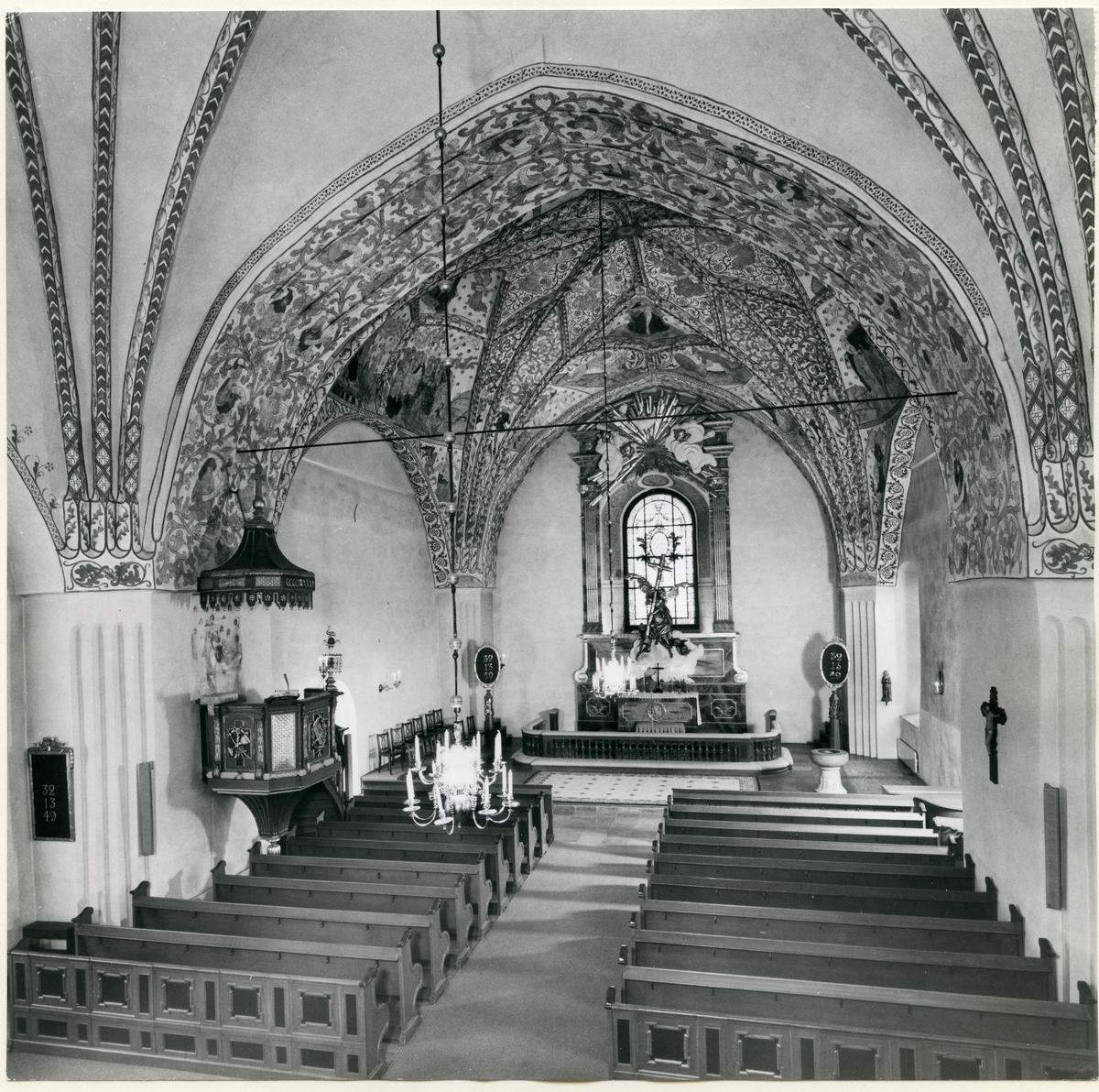 Dingtuna sn, kyrkan.  Interiör av Dingtuna kyrka, mot altaret från 1750. Med målningar av Albertus Pictor.