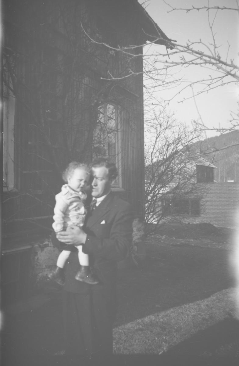 Bjarne Børresen med Knut Ole Børresen på armen på  Aspevang, Vestre Gausdal