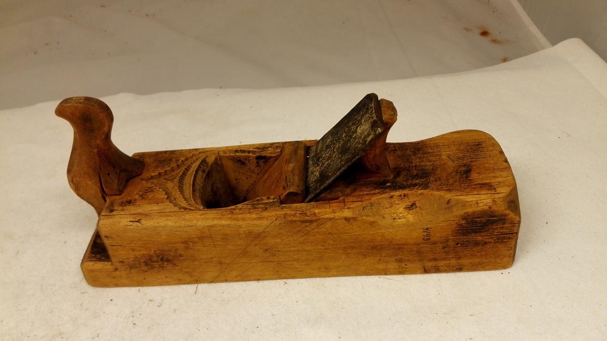 7 høvler.  4193: Korthøvl med hjemmesmidd tand, oversiden utkrotet. Av yngre type uten hulkil paa siderne.  Samtlige kjøpt av Knut Malthaug, Sogndal.