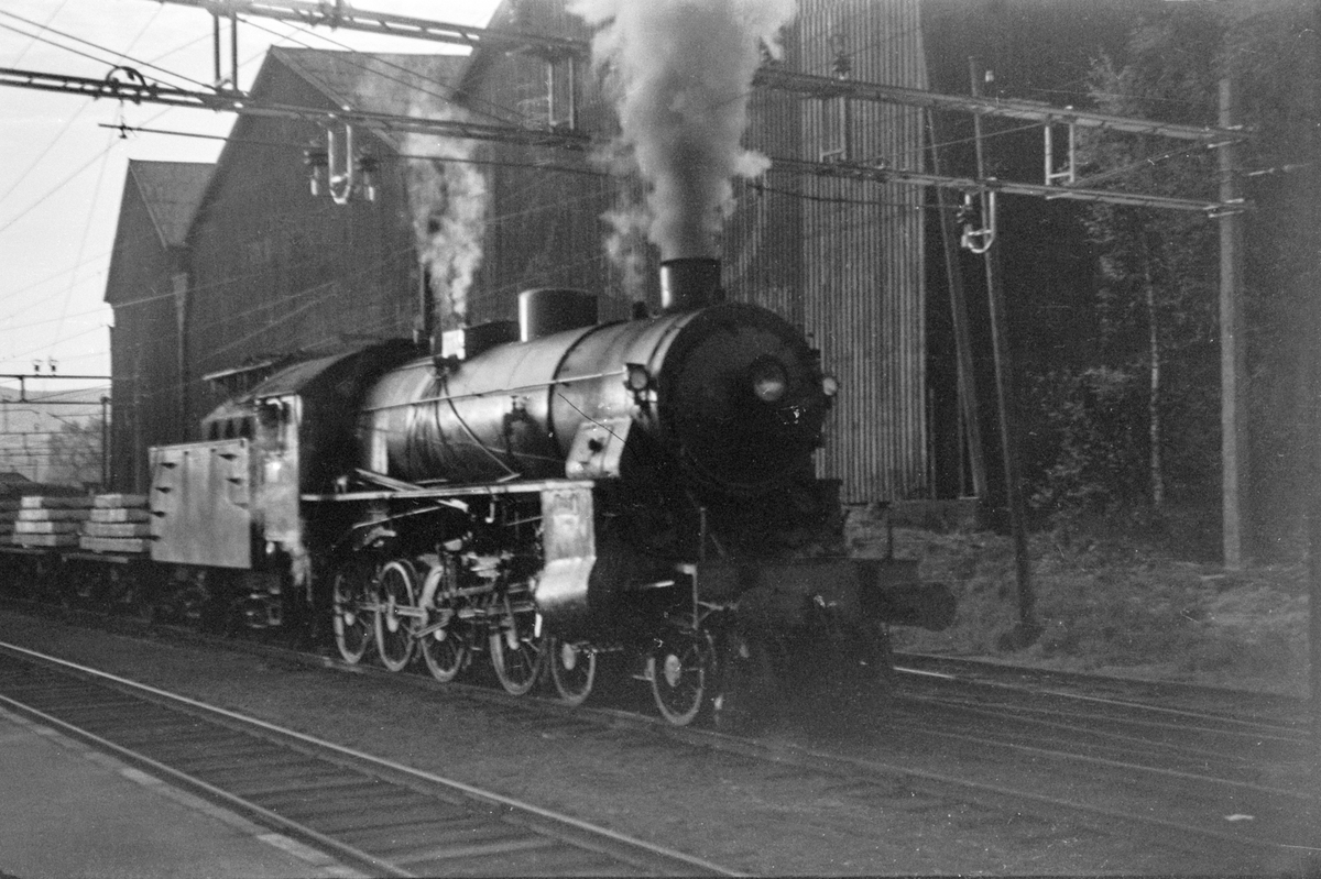Damplokomotiv type 31b nr. 401 med godstog på Hønefoss stasjon.