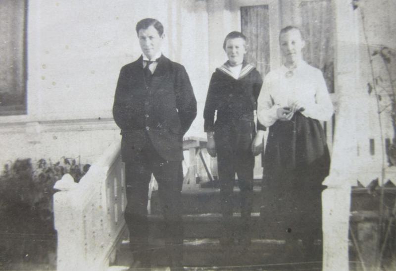 Asbjørn, Sverre og Anne ca. 1917. Einar og Ragnvald studerte i Kristiania og Anders hadde reist til Amerika.