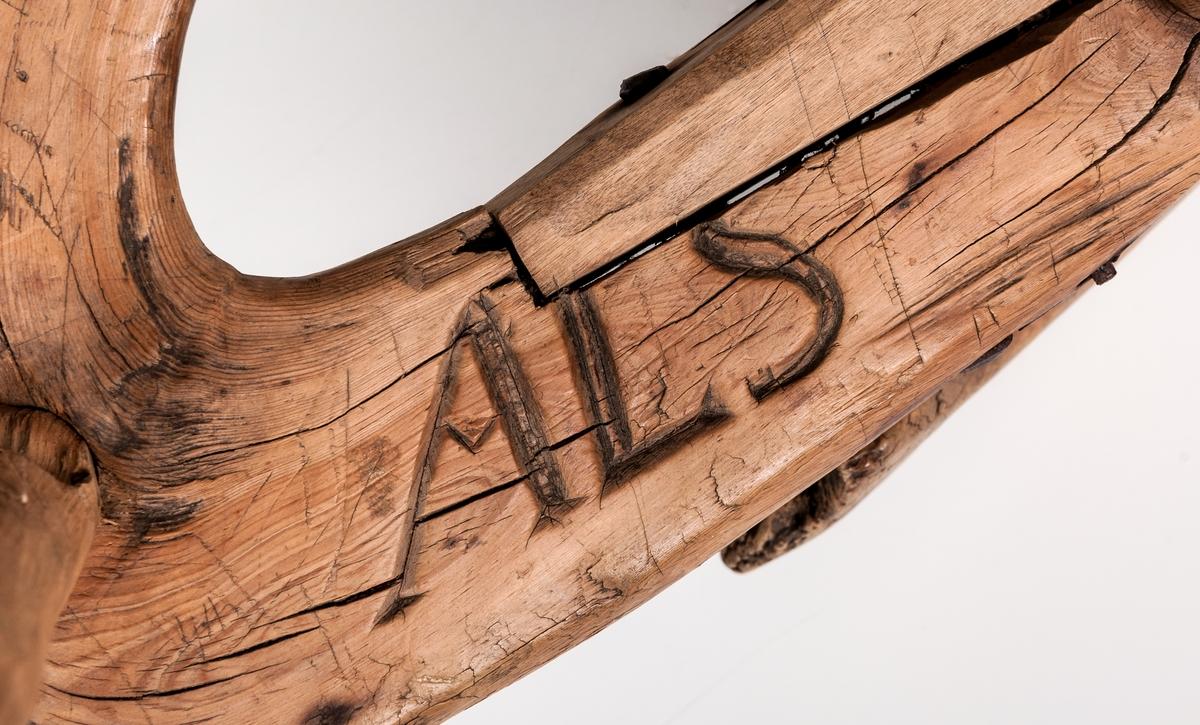 Krack/mjölkpall märkt 1805. Omålad. Undersidan märkt ALS. Krokvuxen trä med 3 raka ben inborrade. Liten naturvuxen krok står upp på ena sidan.