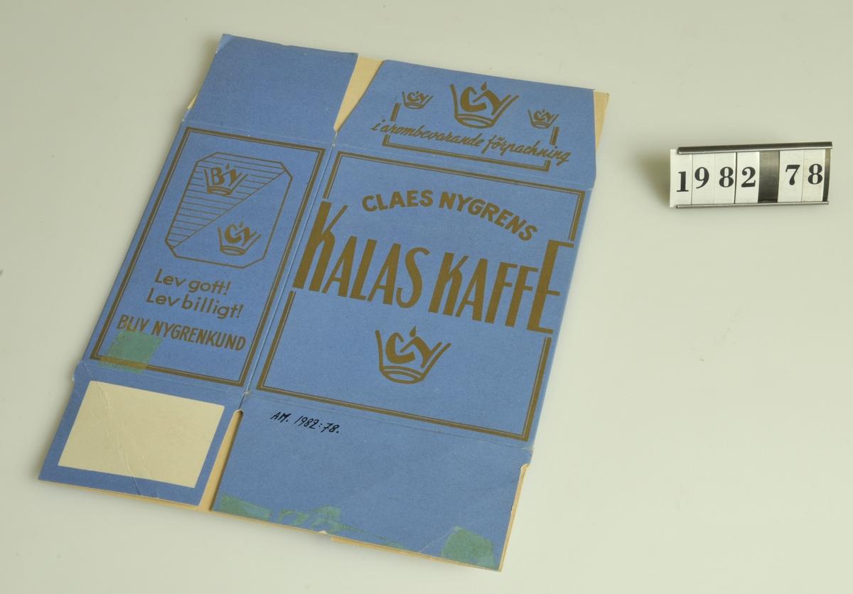 """Text i guldfärg mot blå botten: """"Claes Nygrens KalasKaffe Lev gott, Lev billigt, Bliv Nygrenskund""""  1/4 kg kaffe  Kommer från Claes Nygrens hälsokostaffär, Kungsgatan 28, Alingsås."""