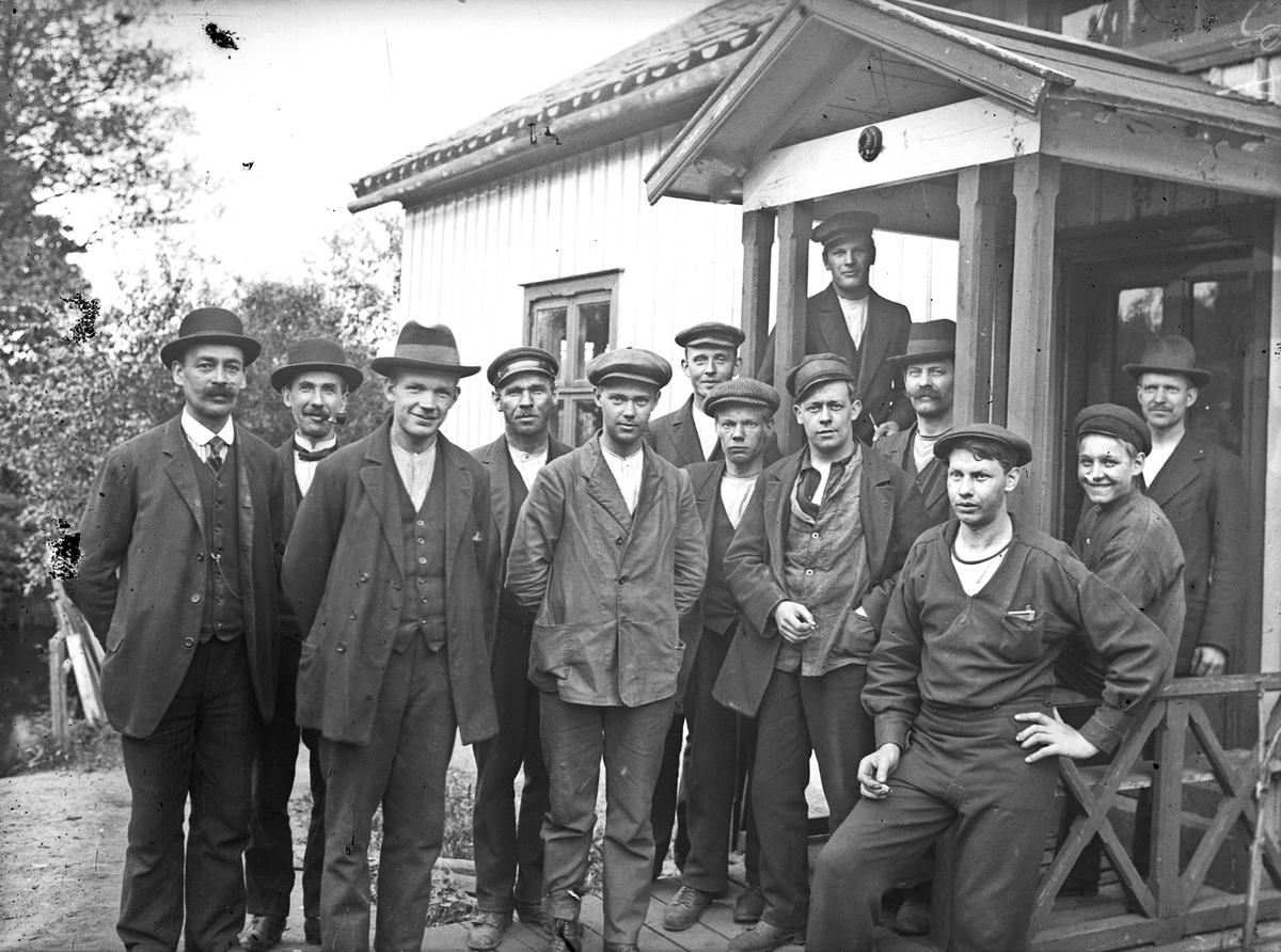 Anställda och ägare utanför Svenska Verktygsfabrikens lokal på Lönnvägen i Ingelund. Där arbetade Fritz Åsén fram till fabrikens nedläggning 1917. Fritz Åsén står som sjunde man från vänster, snett bakom mannen som står med en cigarett(?) i handen.