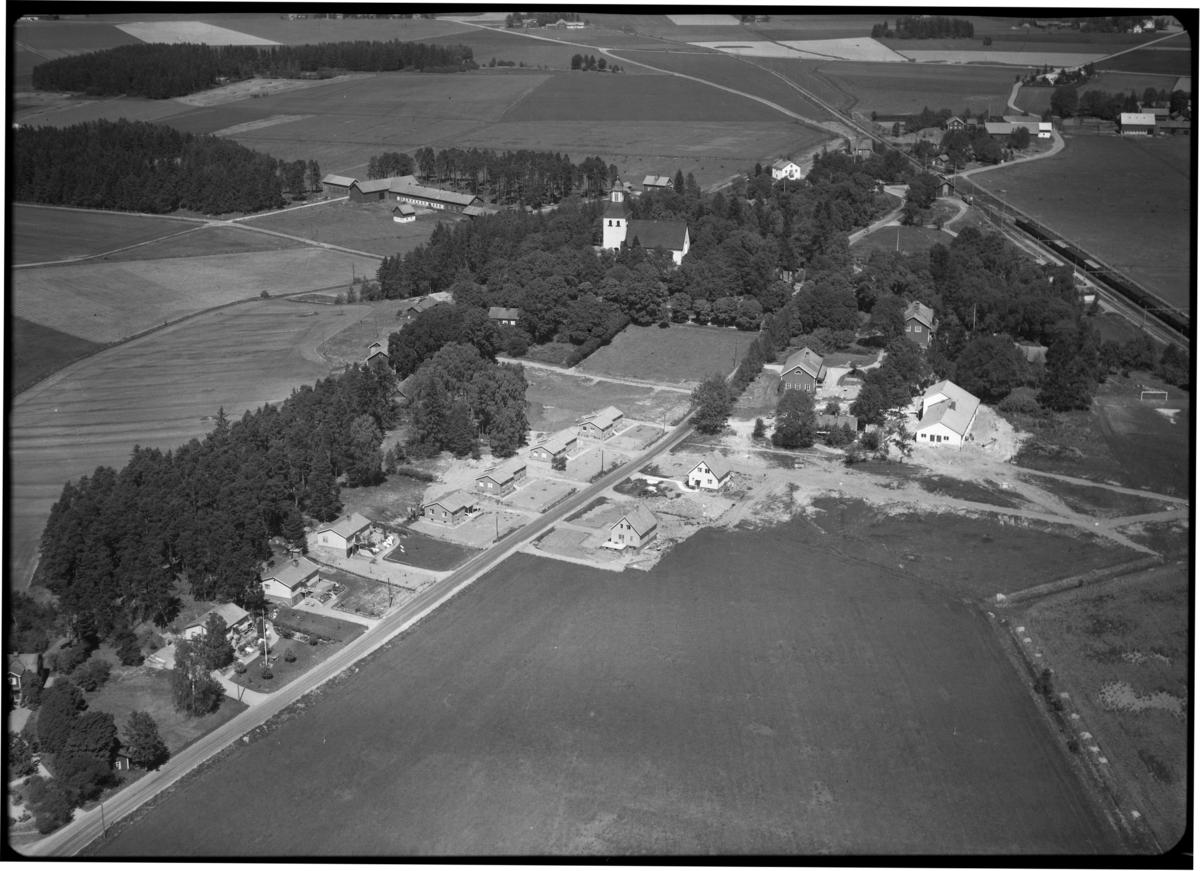 Flygfoto över Kumla kyrka, Kumla kyrkby. Tagen 1959 av AB Flygtrafik Dals Långed.