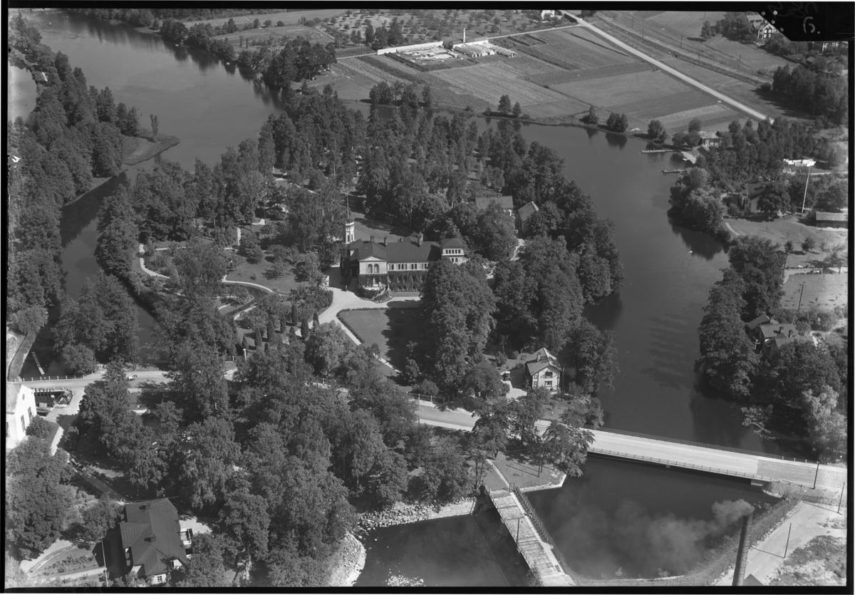 Flygfoto över Surahammars herrgård, Surahammar. Tagen av AB Flygtrafik.