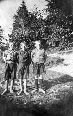 Sommerferie i Høysand i Skjeberg juli 1925. Fra venstre: Ole Thoresen, Karl Paulsen f. 1913 og Kåre ?. Ole var fetter av Karl, og Kåre en kamerat av Karl. Karl bodde hos tanta si i Høysand. ØFB.2017-00262.. Foto/Photo