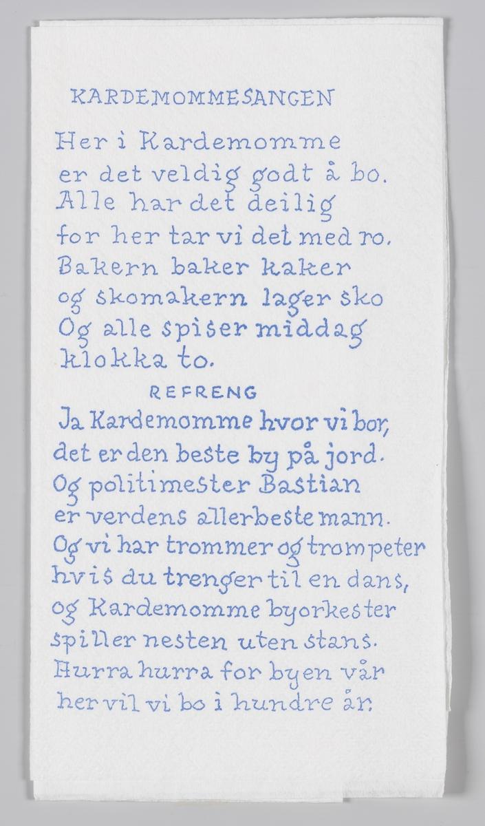 Et tegning av et orkester fra Kardemommeby boken og en sangtekst som er reklame for Kardemomme by i Kristiansand Dyrepark.  Folk og røvere i Kardemomme by er en barnebok av Thorbjørn Egner. Boken utkom i 1955.  Kristiansand Dyrepark er en kombinert dyre- og fornøyelsespark utenfor Kristiansand. Parkselskapet ble etablert i 1964 og parken åpnet offisielt i 1966.  Reklame for Dyreparken på MIA.00007-004-0211; MIA.00007-004-0212.