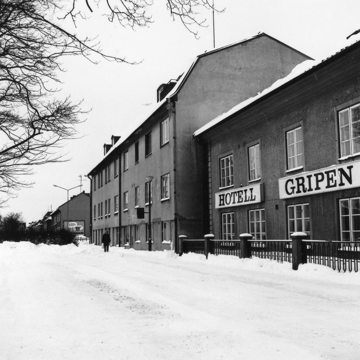 Vinterbild av Grindgatan, kvarteret Fruktkorgen 16, med Hotell Gripen till höger i bild och i mitten den astighet som revs i mars 1979 för att ge plats åt trafiken på Vänersborgsvägen.