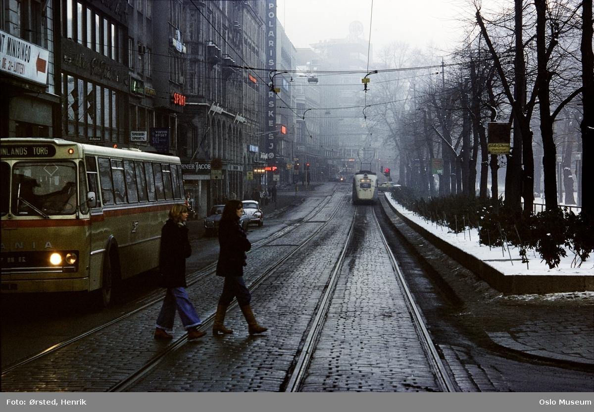 gateløp, buss, biler, trikk, trafikk, mennesker, forretningsgårder, park, snø, tåke