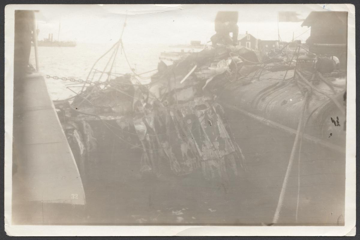 Bilden visar förskeppet av jagaren Vidar efter sammanstötningen med jagaren Wachtmeister. Skeppets förstäv är stark intryckt och sönder riven.