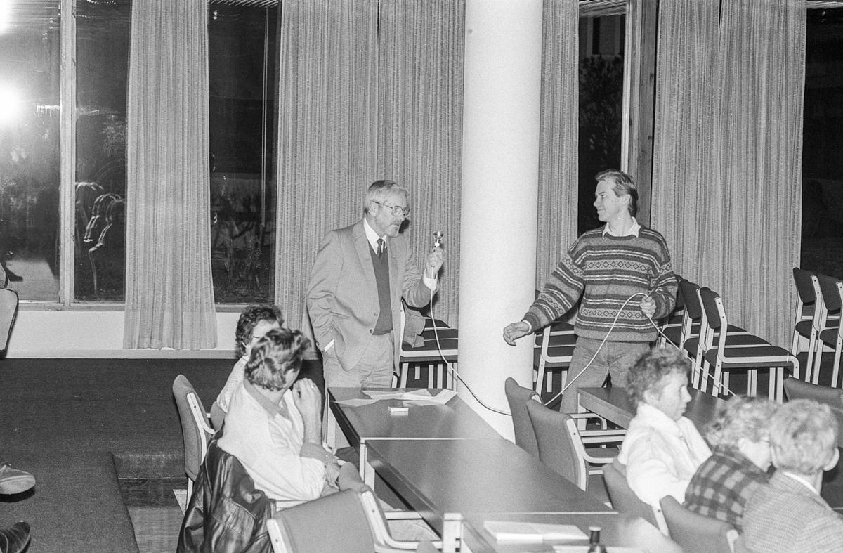Legevaktordningen i Oppegård opp til debatt. Menn rundt et bord med avisoppslag liggende på bordet. Fra venstre: Bjørn Kristiansen, Arne Sørlie, Tor Erik Granum, kommunelege Rolf Holth og lege Morten Nyrud.