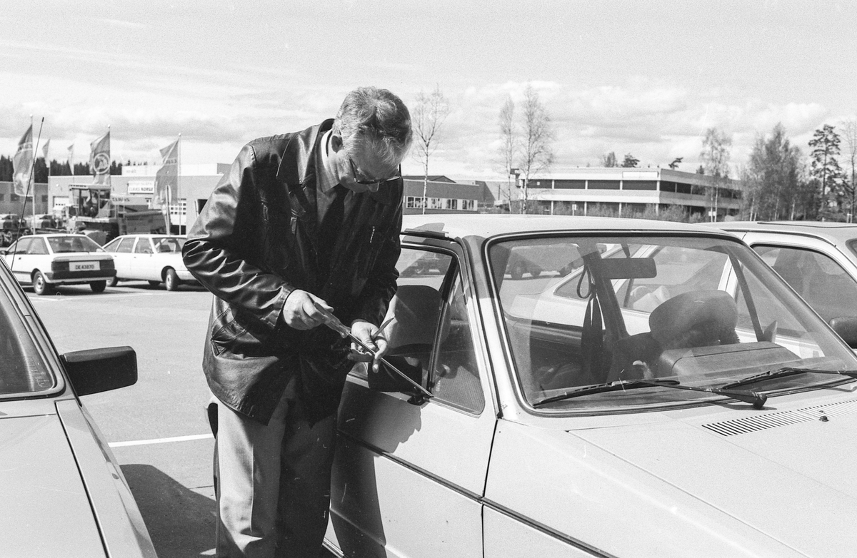 Politiavdelingssjef Bernt Hide ved Oslo Politikammer med en samling av de vanligste innbrudsredskapene. Demonsterer innbrudd i bil og hus.