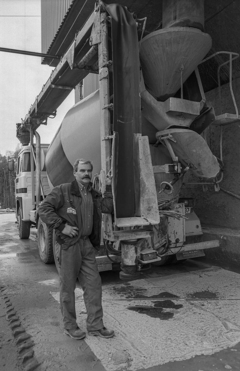 A/S Lettbetong i Vestby. Terje Johansen fyller betongbilen på fem minutter med et data-anlegg som styrer prosessen. Terje Johansen og Bjørn Haug til venstre.