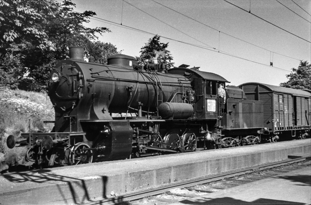 Damplokomotiv type 33a nr. 300 med kipptog (godstog) på Minde stasjon.