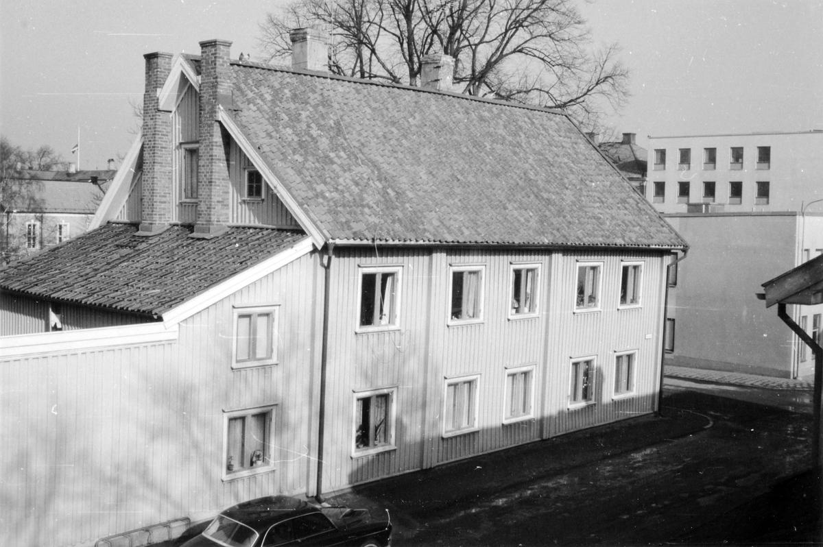 Kvarteret Spinnaren. Det gamla tingshuset i hörnet av Östra Vattugränd och Plangatan upphörde att vara tingshus 1899 då det nya tingshuset stod färdigt vid Södra Ringgatan i kvarteret Tigern. Byggnaden revs 1967 för att ge plats åt bostadsbebyggelsen i nuvarande kvarter Hill.