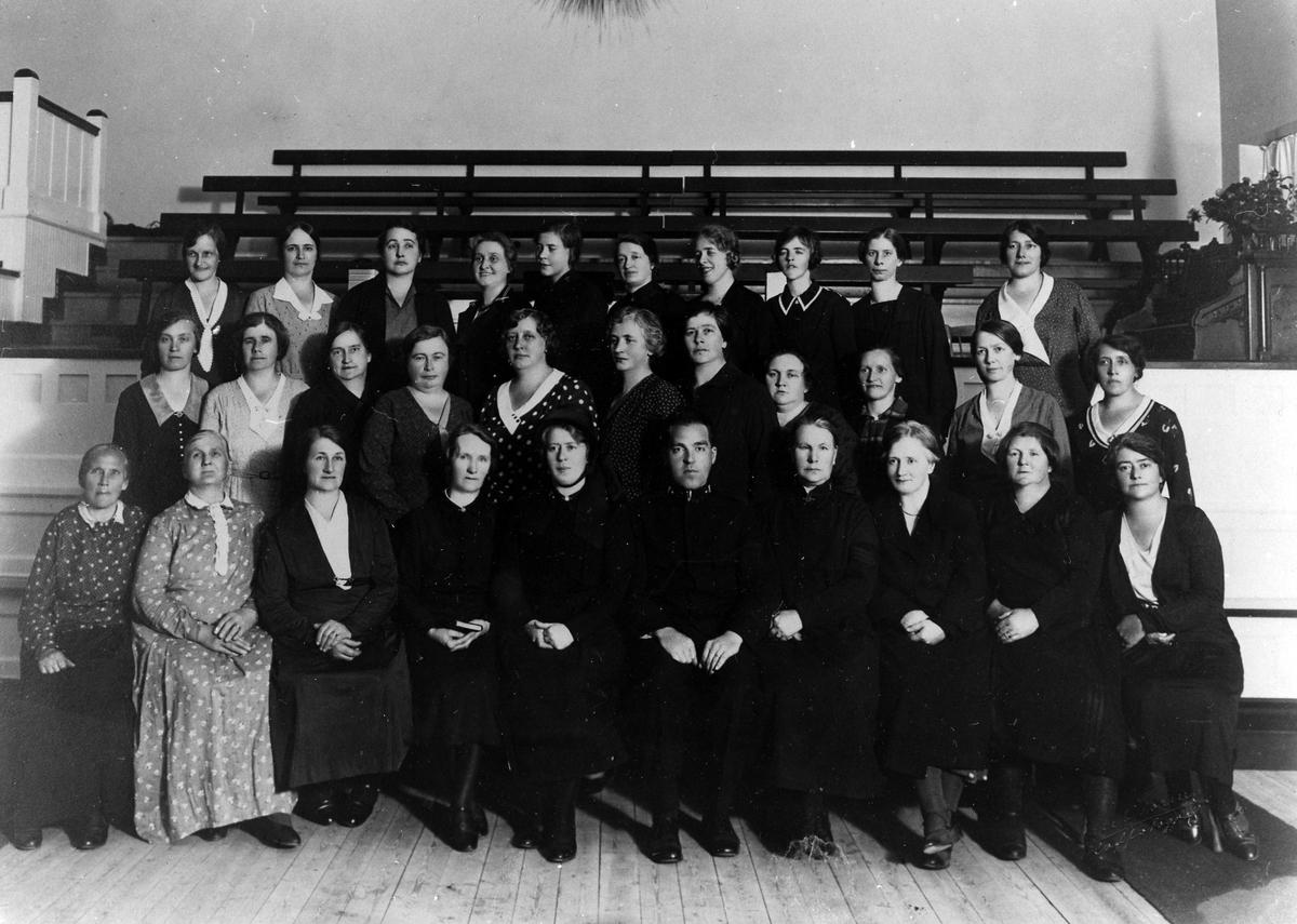 Gruppbild av 30 kvinnor från Frälsningsarméns Hemförbund. På främsta raden en man.