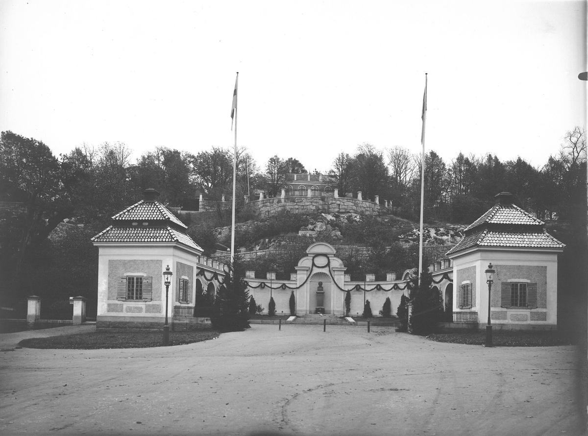 Hazeliusporten, entré till Skansen, dekorerad med girlanger av granris.