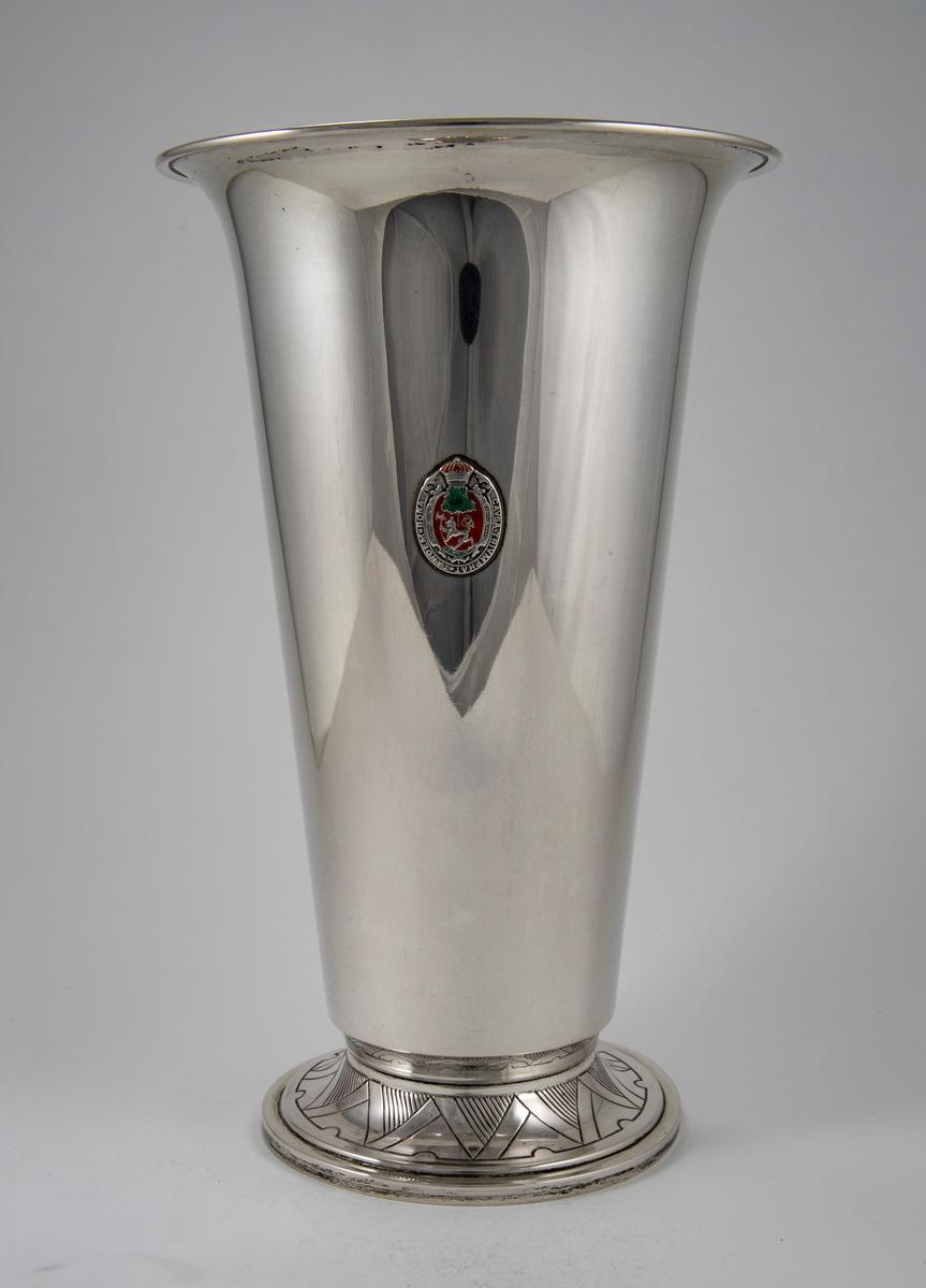 Sølvpokal med emblem med norske løve.