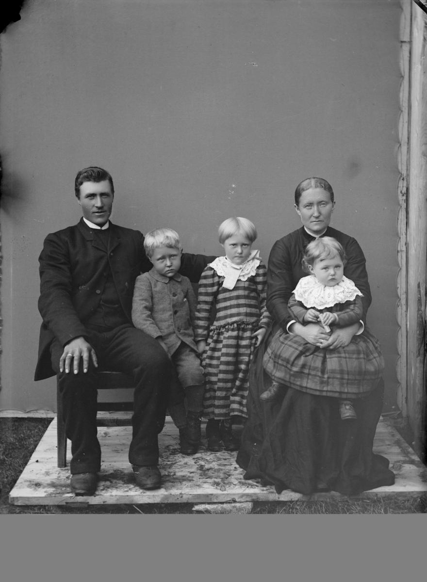 Familiebilde med foreldre, 2 døtre og 1 sønn.