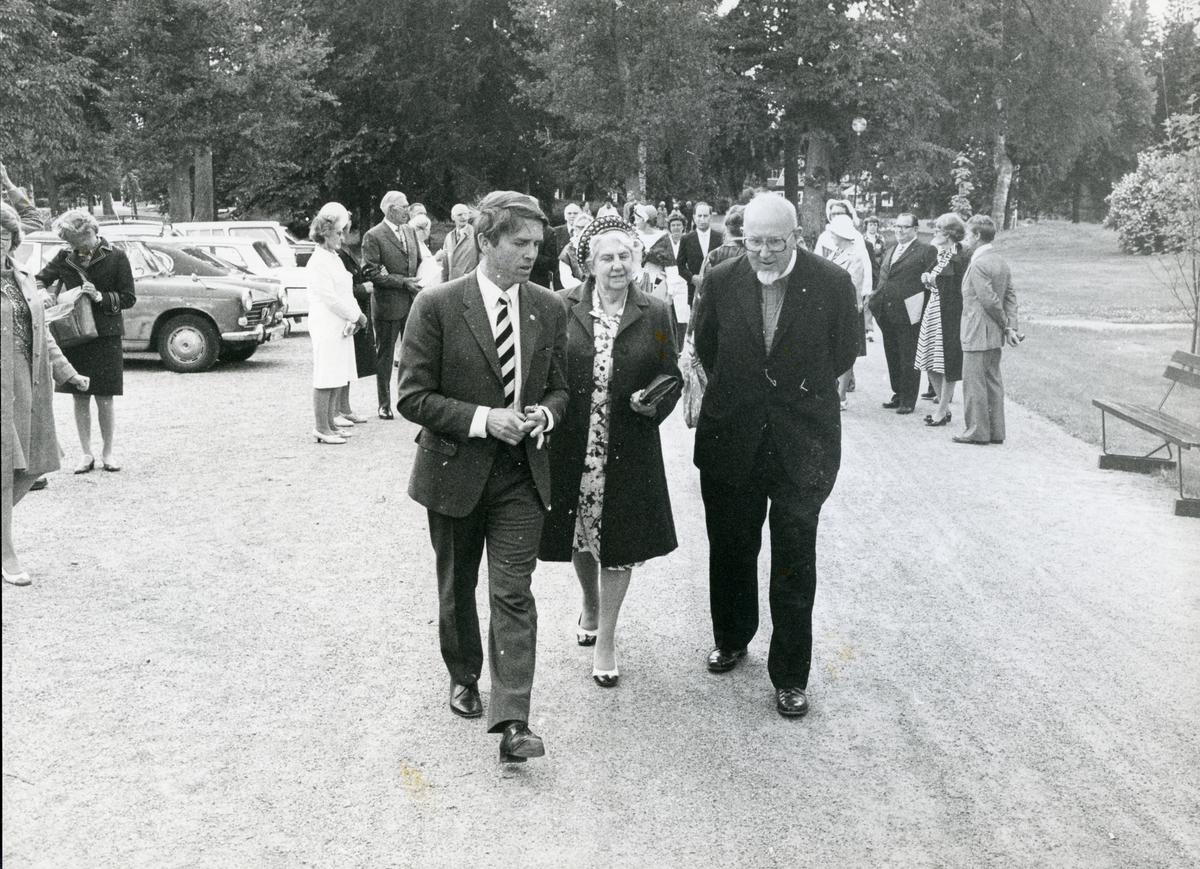 Kila sn, Sätra brunn. 275-årsjubileet 1975. Brunnsintendent Nils-Johan Höglund tillsammans med biskop Silén och dennes fru.