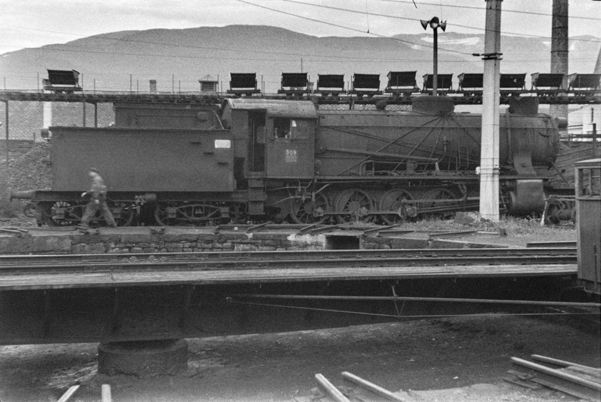 Utrangert damplokomotiv type 39a nr. 309 på Voss stasjon. I bakgrunnen transportanlegg med vagger for kull til lokomotivene.