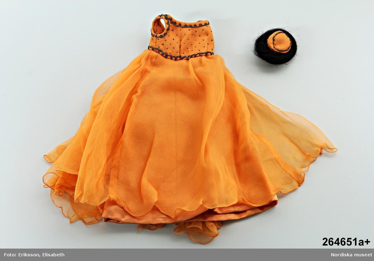 Katalogkort:  a) aftonklänning, chiffong, orange, hatt.