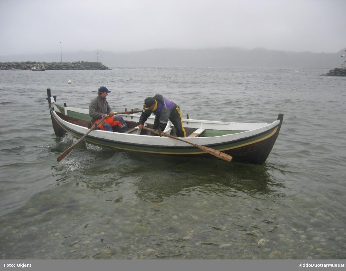 Skråg / hud:  Nordlandsbåten har lett og slankt skrog. Båten er en 18 fot, klinkebygget trebåt, som også benevnt som en 3-romsbåt. Skroget/huden består av 4 bord, kjølbord, botnbord pluss 2 rembord. Derpå kommer ripebordet med skvettripe/snerting. Båten kalles derfor også en 4-bordsbåt. I overkant av ripebordet, er langisen/fenderlisten strukket fra stevn til stevn. Langisen er buet opp i baugen, og festet i stevnen, høyere oppe enn alle andre bord.  Langs innsiden, øverst på skvettripa, er det en ripeforing/tollegang. Denne er gradert/høvlet ned til null, og slutter midt over fram- og akterskott.  Spanter: Båten har 4 spanter, pluss 3 tynnere band, en i framskott og to i akterskott. Vi velger å bruke ordet spante, fremfor tverrstiver/skottband, fordi ordet spante er brukt i vårt område. Spantedelene er skjøtt sammen med treplugger. Stavn: Fremstevn har skaring mot fremlot. Akterstevnet går rett på kjølen uten baklot. Langise, lyrodder og krysstokk er felt harmonisk sammen mot stavn. Fremstevnen toppes med en krysstokk og det er lyrodder i både akter- og framstevn.  Lyrodder starter fra øvremma (slaget), og spisser seg langs stevnen mot stevntoppene.  Det er en fortøyningspullert på hver side i baugen, ca. 56 cm fra forstevnen, 56 og 53 cm lange, ca. 25 cm stikker over ripa. To av toftene (3. og 4. fra akter) er festet med tofteknekter, disse er med på å stabilisere båtens skrog.  Sei og mast: Båten (utstilt) er rigget med mast og to seil, sneseil og fokk av hvit bomull. Det er et kraftig bete/en tverrstokk i bunnen, som feste for masten.  Masten har fire ringer av bambus, ca. 15 cm i diameter.  til feste for seil, en mangler og er erstattet med en snor rundt masta. Om masta er det festet en gaffel «bom» på toppen av seilet, som står på skrått opp- og akterover for slik å få større seilareal. Høyden på sneseilet er 350 cm på det høyeste og 195 cm på den laveste siden. Bredda er ca. 150 cm oppe og 215 cm langs nedre kant. Fokken er trekantet, 195 cm høy og bred. Skrå