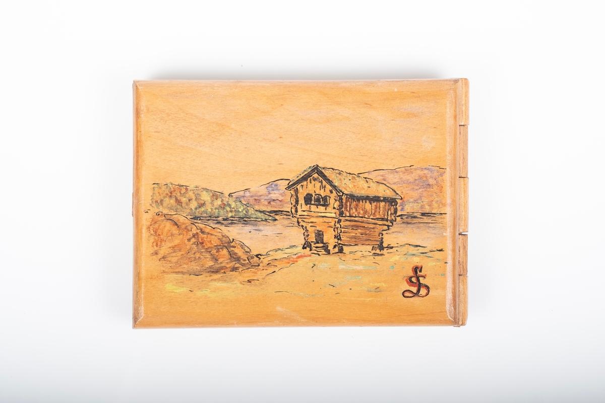 Maleriet på forsiden er delt i to deler av et gjerde på skrå gjennom bildet. Forgrunnnen har et tomt område med stener, kasser og strømmast, mens området bak gjerdet viser et vakttårn, røde hus, jorder og skog.  Maleriet på baksiden viser et gammelt stabbur, med gress på taket, foran en sjø. Maleriet er signert LS.