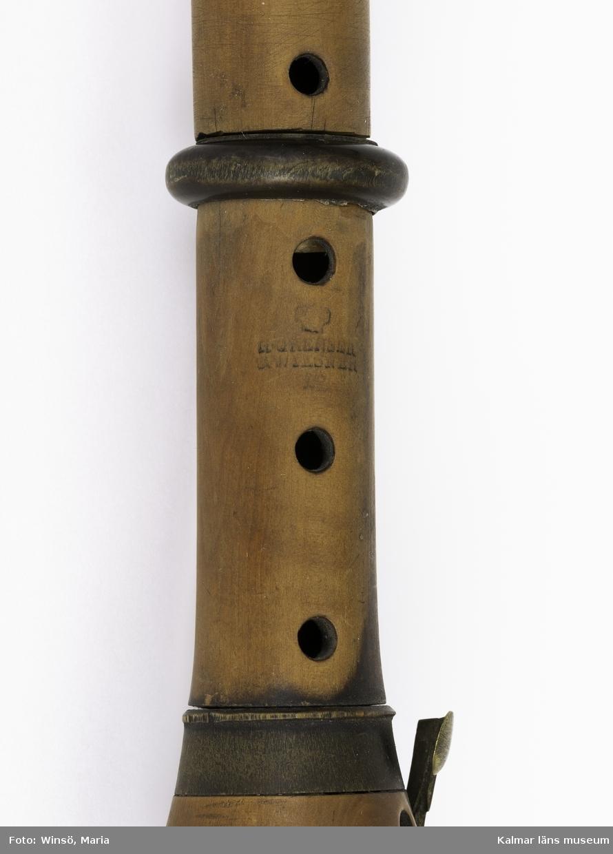 KLM 14281 Klarinett, av trä, buxbum?. Med 7 hål och 5 klaffar. Munstycket defekt. Signerad, H. Grenser, C. Wiesner (?).