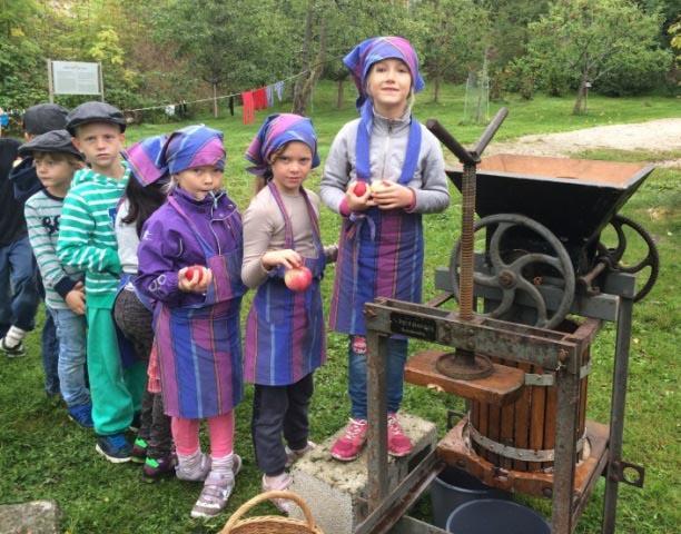 Elever i kø for å legge epler i eplepressa. (Foto/Photo)