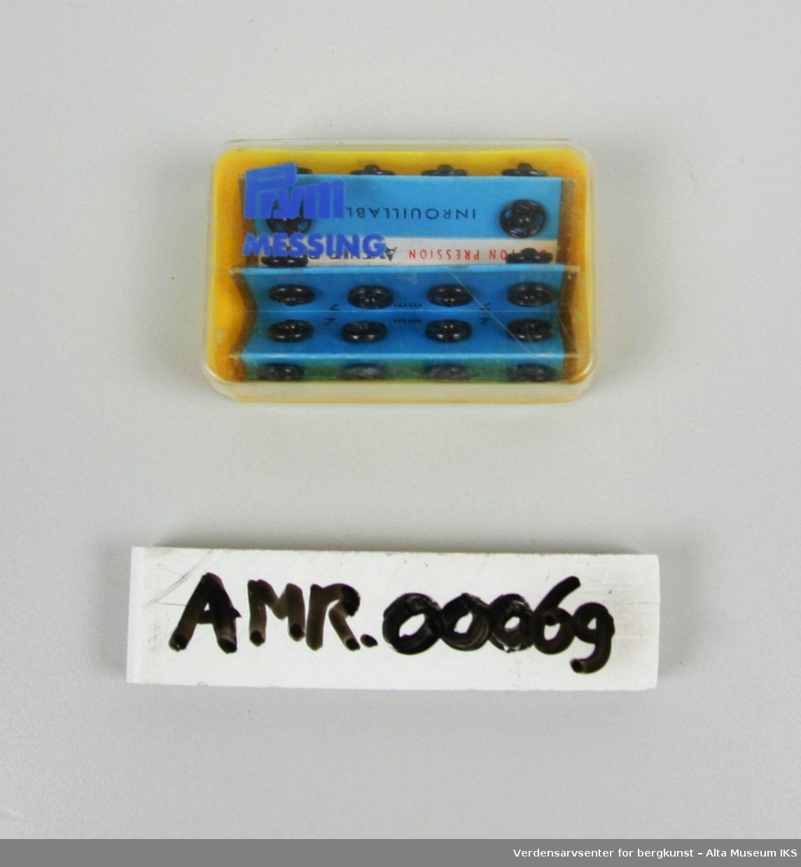 Form: Runde trykknapper på pappkartong i plasteske
