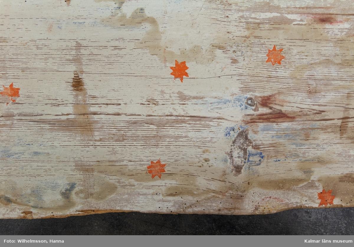 KLM 22934. Tak, innertak, takmålning. 104 delar. Spontade brädor, itusågade, med bemålning i limfärg. Brädornas längd varierar från 75 cm till 90 cm, även brädornas bredd varierar mellan 22 cm och 37 cm.  Motivet föreställer i huvudsak ett flertal fält med en ängel som spelar i ett horn i vardera. Änglarna har lockigt brunt hår och fotsid dress i rött/vitt eller orange/röd. Vingar i grått. Blå bakgrund med stjärnor i orange. Vardera fält omges av en kant i rött och svart. I mitten, där fyra fält möts, finns en bladkrans i rött, orange och gult som omgärdar en stor gul sol mot blå bakgrund. Runt om de olika fälten finns rader av vita, röda och svarta blomster, liljor, mot röd eller brun bakgrund.  Motivet är ofullständigt då stora delar av taket inte finns bevarat.   Några brädor kan ej passas in i det stora motivet, bl.a. ett antal brädor med rankor och blommor i gult, rött, vitt och svart. Dessa kan eventuellt komma från en annan del av kyrkan.