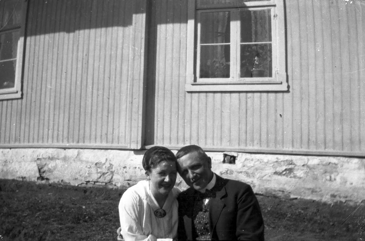 Kvinne kyser mann (negativ merket: Borghild og Bin,eller Rin).