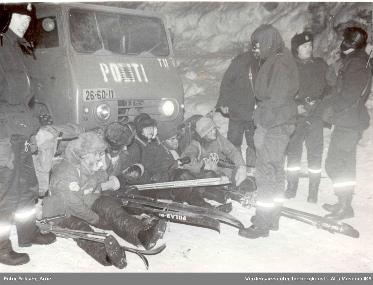 Altasaken. politibil, politi, demonstrasjon, ski