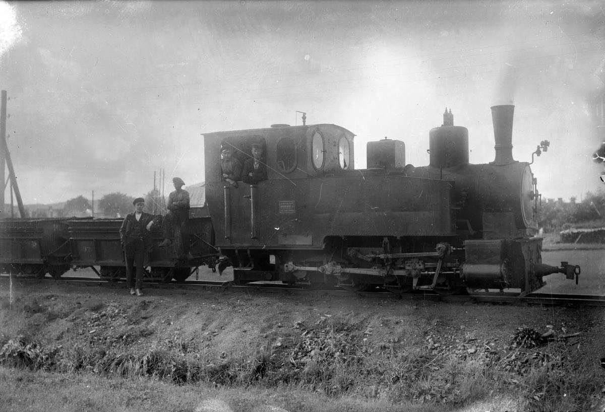 Ånglok tillhörande Morgårdshammars - Nybergets Järnväg. Loket är Nyberget 1 eller 2 tillverkade av Orenstein & Koppel 1912. Bilden är tagen vid omlastningen till normalspår i Morgårdshammar.