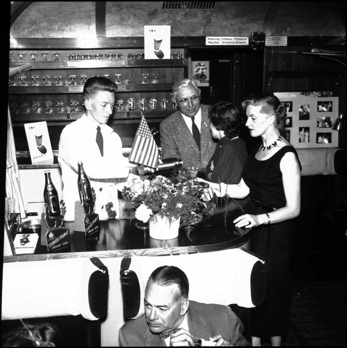 """Interiör barvagnen, Swedish Night Light Cruising, SNLC. """"Dollartåget"""" uppkom som ett försök att minska efterkrigstidens valutabrist, man riktade sig i första hand till köpstarka amerikanska turister, därav det myntade namnet"""