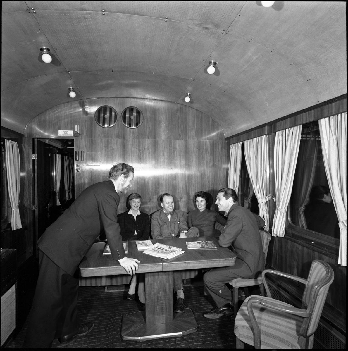 Statens Järnvägar, SJ So3 3945. Resande i salongen.   SJ salongsvagn användes som representationsvagn av SJ:s generaldirektörer och abonnerades av företag. Gick ett tag som konferensvagn med texten Konferens på tåg på sidan.  Littererades Ao3 vid leverans men littera ändrades till So3 1956. Vagnen användes även i det så kallade Dollartåget. Vagnen finns bevarad på Sveriges Järnvägsmuseum.