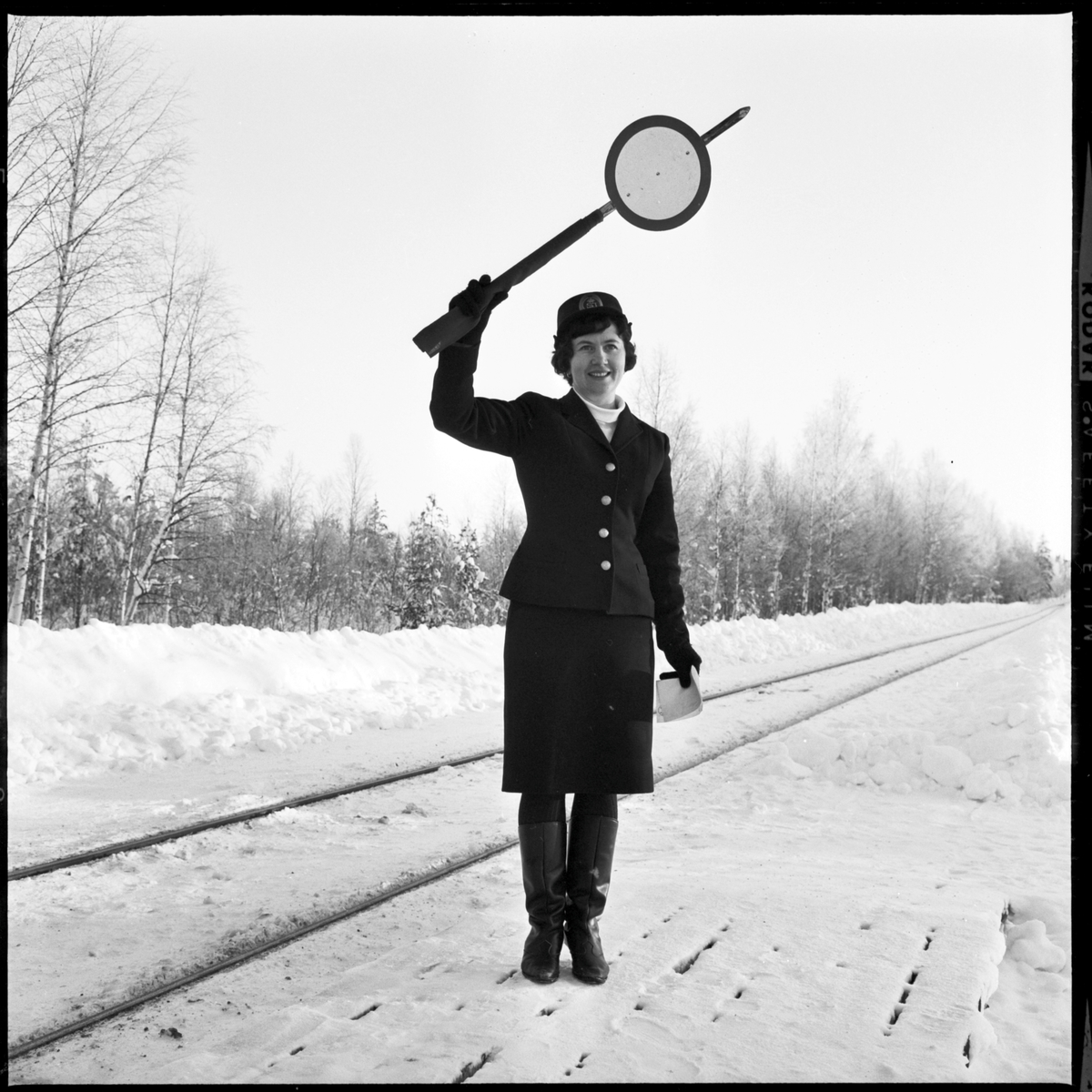 Margot Björk ger signal vid Fågelsjö station.