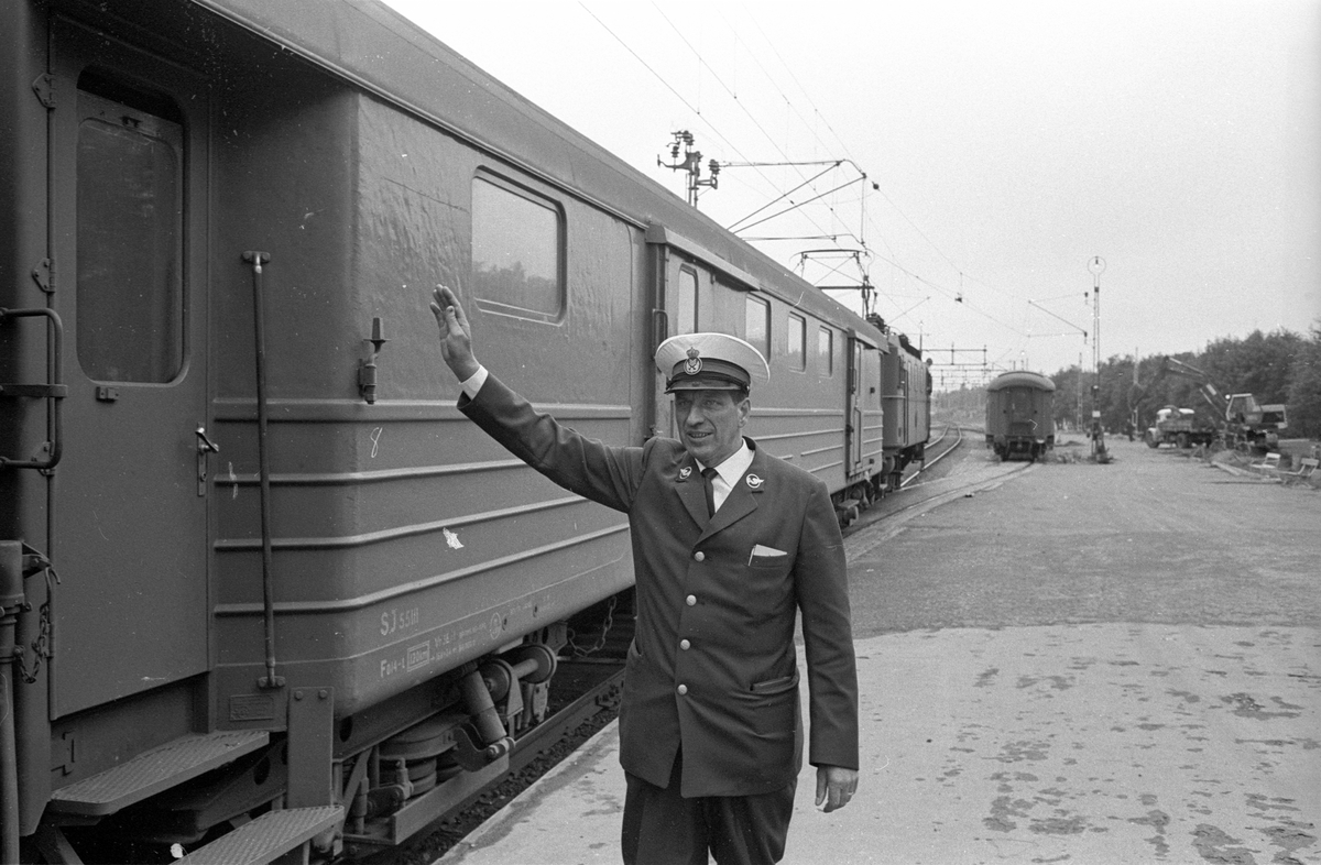 Nordpilen. Tågbefälhavare Folke Holmgren ger klart för avgång.